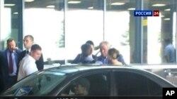 Imaj chèn televizyon Russia24 TV ((jedi premye out 2013) ki montre avoka ris Anatoly Kucherena (2èm, adwat) avèk Edward Snowden (nan mitan, li bay kamera a do).