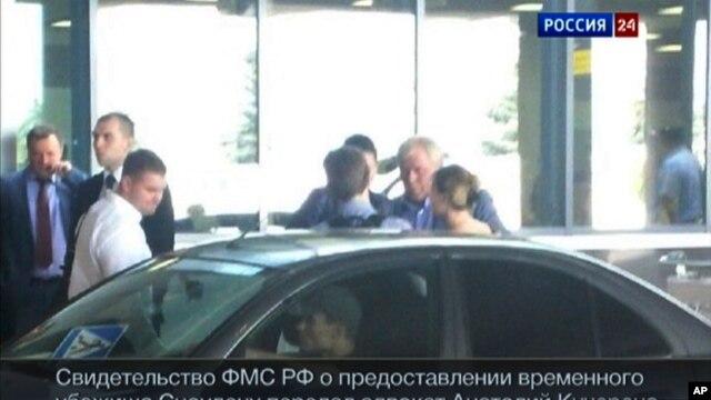 Edward Snowden rời sân bay cùng luật sư người Nga của anh hôm thứ Năm, 1 tháng 8, 2013.
