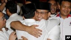Cagub Anies Baswedan, berpelukan dengan pasangannya, Cawagub Sandiaga Uno pada konferensi pers di Jakarta, Rabu (19/4).