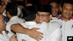 Pasangan calon gubernur Anies Baswedan dan Sandiaga Uno berpelukan saat konferensi pers di Jakarta, Rabu, 19 April 2017.