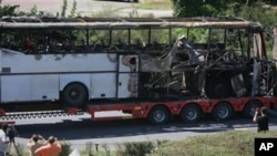 Así quedó el autobús en que viajaban los turistas muertos en el aeropuerto de Burgas, en Bulgaria.