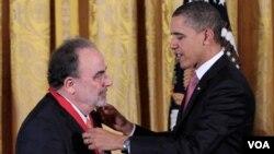 Obama le puso la medalla a González, además de al resto de galardonados, en el la Sala Este de la Casa Blanca.