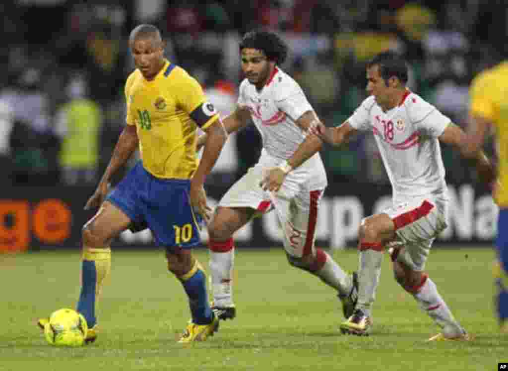 Gabon's Daniel Cousin (R) challenges Bilel Ifa (C) and Anis Boussaidi of Tunisia during their African Cup of Nations Group C soccer match at Franceville stadium in Gabon January 31, 2012.