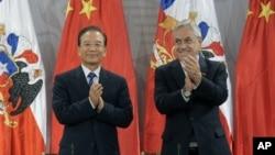 中国总理温家宝同智利总统皮涅拉2012年6月26号 在智利首都总统府举行的两国双边贸易协定签字仪式上鼓掌