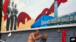 北京街頭的宣傳板宣揚保衛祖國(2016年7月27日)
