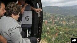 13일 지우마 호세프 브라질 대통령이 헬기를 타고 홍수로 피해를 입은 리우 데 자네이루 주의 노바 프리부르고 지역을 돌아보고 있다.