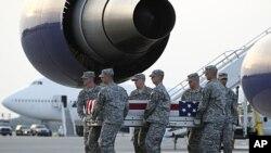 一位美军士兵的遗体被运回他的家乡