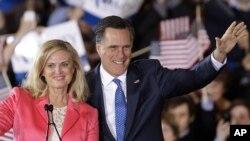 Tsohon Gwamnan jihar Massachusetts, Mitt Romney da uwargidansa Anne suke gaida magoya bayansa a wani yakin neman zabe.
