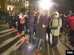 民众排队参加10月29日在莫斯科市中心的政治迫害受难者日纪念活动(美国之音白桦拍摄)