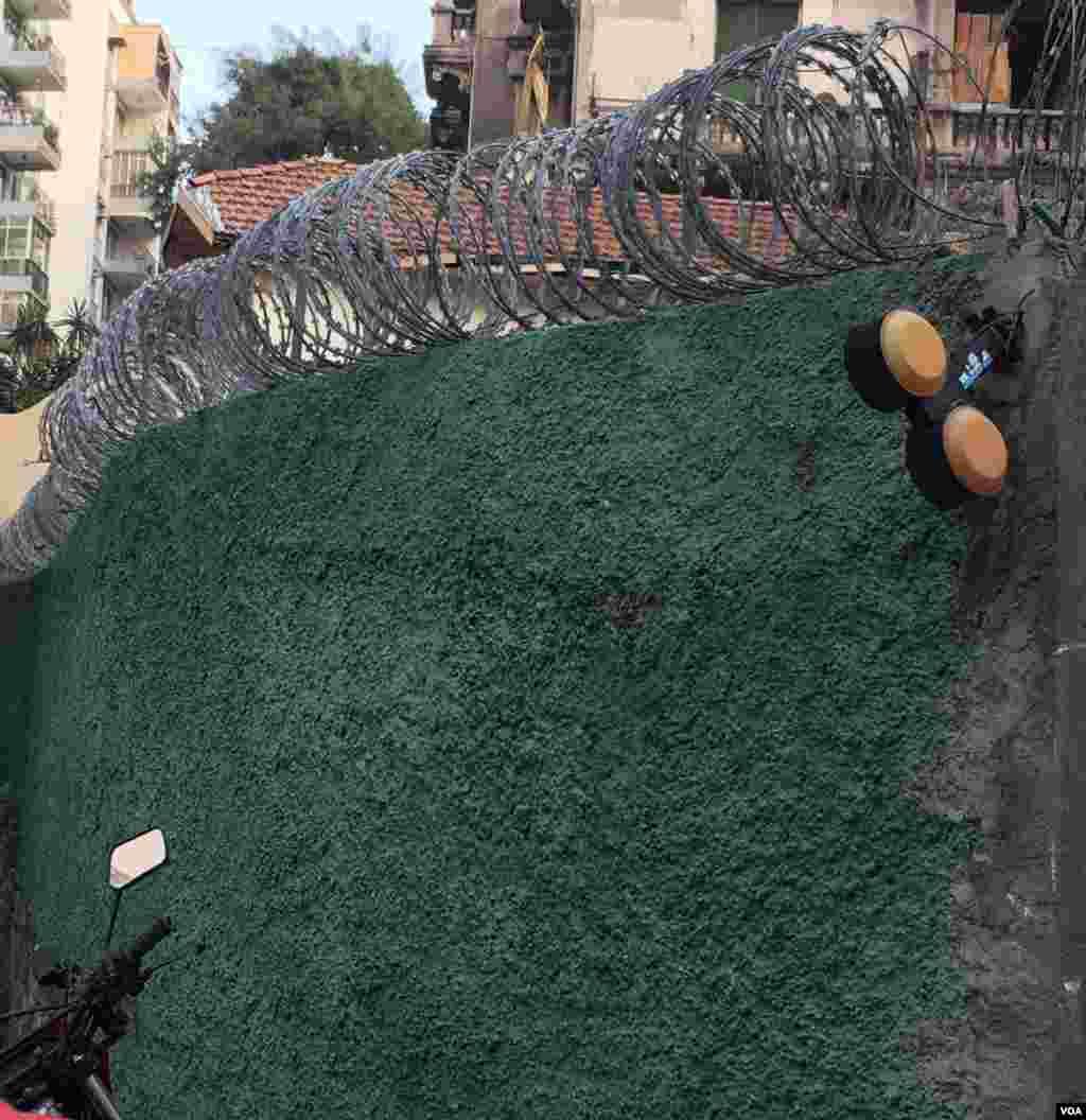 آمار سرقت در ریو بالا است. این ساختمان برای در امان ماندن از سارقان سیم خاردار روی دیوارهایش کار گذاشته است.