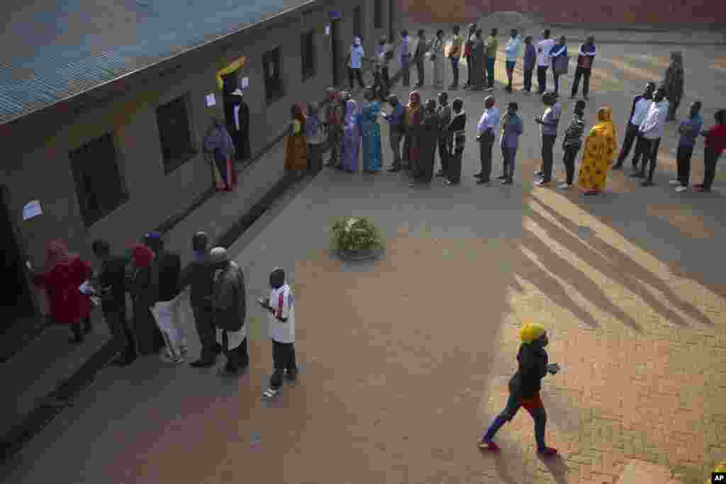 View of Rwandans lined up to cast their votes in the presidential elections at a polling station in Rwanda's capital Kigali,  Aug. 4, 2017. (AP)