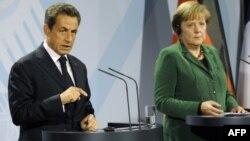 Thủ tướng Đức Angela Merkel, phải, và Tổng thống Pháp Nicolas Sarkozy nói chuyện với báo chí sau cuộc họp về khủng hoảng tài chính tại Berlin, Đức, Chủ Nhật 9/10/2011