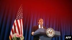 Trợ lý Ngoại trưởng Mỹ Michael Posner phát biểu trong cuộc họp báo tại đại sứ quán Hoa Kỳ ở Bắc Kinh, ngày 28/4/2011
