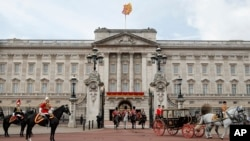 До Букінгемського палацу на аудієнцію до королеви сьогодні поїде спочатку Тереза Мей, а потім - Борис Джонсон