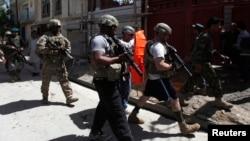 Tentara NATO yang bertugas untuk menjaga keamanan di Afghanistan (ISAF) saat memeriksa lokasi ledakan di Kabul (Foto: dok). Seorang tentara NATO dilaporkan tewas di Afghanistan Timur, Minggu (26/5).