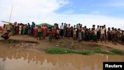 버마 로힝야 난민들이 14일 사이클론을 피해 대피하기 위해 강가에 나와있다.