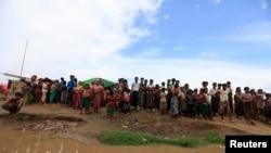 Sedikitnya 100.000 pengungsi akan dipindahkan dari tempat penampungan di Sittwe, Burma untuk menghindari hantaman badai Mahasen (14/5). Delapan orang dilaporkan tewas setelah sebuah kapal pengungsi yang membawa 150 pengungsi dari wilayah ini dikabarkan terbalik di lepas pantai Burma Barat.