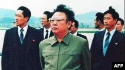 Kim Džong-Il, prilikom dočeka kineske delegacije na aerodromu Pjongjang, 1992. godine