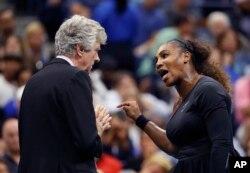 Serena Williams ap diskete ak abit Brian Earley pandan final feminen tounwa tenis Open Ameriken an.