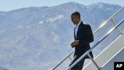 Барак Обама спускается по трапу в Международном аэропорту Палм-Спрингс, Калифорния. 12 февраля 2016