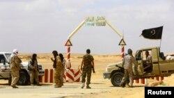 Pemberontak Libya di bawah pimpinan Ibrahim Jathran tengah berjaga di pintu masuk wilayah ladang minyak al-Ghani, sebelah selatan Ras Lanuf (18/3).