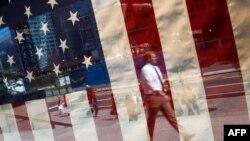 Njujorčanin prolazi kraj gradilišta na mestu gde su se do 11. septembra 2001. uzdizale kule Svetskog trgovinskog centra