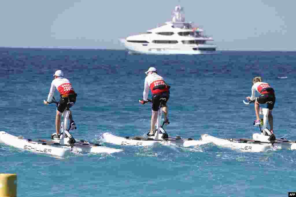 ព្រះអង្គម្ចាស់ Albert II (រូបកណ្តាល) ចូលរួមប្រកួតនៅក្នុង «ការជិះកង់លើទឹក Riviera» ជាលើកដំបូង ដែលនេះជាការប្រកួតជិះកង់រវាងក្រុង Nice និងក្រុង Monaco នៅក្នុងក្រុង Nice ប្រទេសបារាំង។