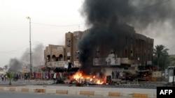 Hiện trường sau vụ tấn công đẫm máu tại khu Talibiyah, nơi mà giới hữu trách nói những quả bom trên một hoặc nhiều chiếc xe đã giết chết ít nhất 9 người trên một con đường tấp nập người qua lại.