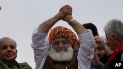 سہیل وڑائچ کے بقول نواز شریف مولانا فضل الرحمن کے دھرنے کا منطقی انجام دیکھنے کے بعد بیرون ملک جائیں گے۔