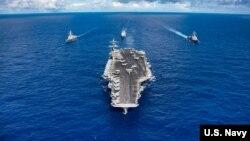 Tàu khu trục USS Carl Vinson và đội tàu chiến hộ tống tại Thái Bình Dương giữa năm ngoái.