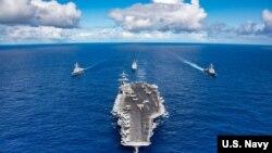 """Američki nosač aviona """"USS Karl Vinson"""" prilikom uplovaljavanja u vijetnamsku luku"""