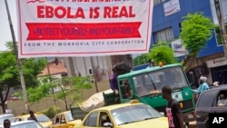 Biểu ngữ cảnh báo: 'Ebola là có thật, hãy bảo vệ mình và gia đình' tại Monrovia, Liberia.