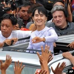 缅甸政治家昂山素季和支持者们挥手