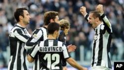 Pemain klub Juventus Claudio Marchisio, tengah, merayakan kemenangan dengan rekan-rekannya setelah mencetak gol dalam pertandingan liga Seri A melawan Atalanta di stadion Turin (foto: dok).