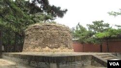 """清东陵裕妃园寝中的容妃墓。学者考证,容妃是传说中的""""香妃""""原型。(美国之音拍摄)"""