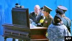 지난 2008년 9월 판문점에서 북한이 미국에 송환한 미군 유해가 들어있는 관을 유엔군사령부 관계자와 북한군 장교가 함께 점검하고 있다.