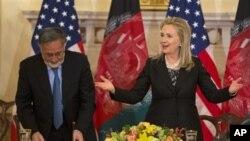 3일 미국 국무부에서 미국-아프간 양자위원회 출범과 관련해 공동 기자회견을 가진 힐러리 클린턴 미 국무장관(오른쪽)과 잘마이 라소울 아프간 외무장관.