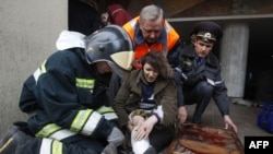 Các nạn nhân được đưa lên xe cứu thương bên ngoài nhà ga xe điện ngầm Oktyabrskaya ở Minsk, Belarus, ngày 11/4/2011