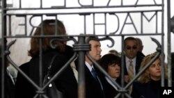 Nënpresidenti amerikan Mike Pence duke vizituar së bashku me familjen kampin nazist të përqëndrimit në Dakau