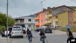 Polisi Turki berlarian mencari tempat berlindung saat terjadi tembak-menembak di dekat lokasi ledakan di sebuah kantor polisi di wilayah Sultanbeyli, Istanbul (10/8).
