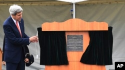 U.S. Secretary of State John Kerry unveils a plaque during a dedication at the site of the future of the American War Memorial beside the National War Memorial in Wellington, New Zealand, Nov. 13, 2016. Kerry returned Sunday to New Zealand, which had been his departure point for a flight to Antarctica on Friday.