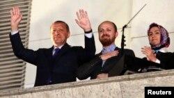 土耳其總理埃爾多安(左)的政黨獲得了45%的選票,向他的支持者揮手。
