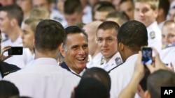 """Romney saludó a los estudiantes de VMI y dijo que era un privilegio estar en una institución que ha """"hecho tanto por nuestra nación""""."""