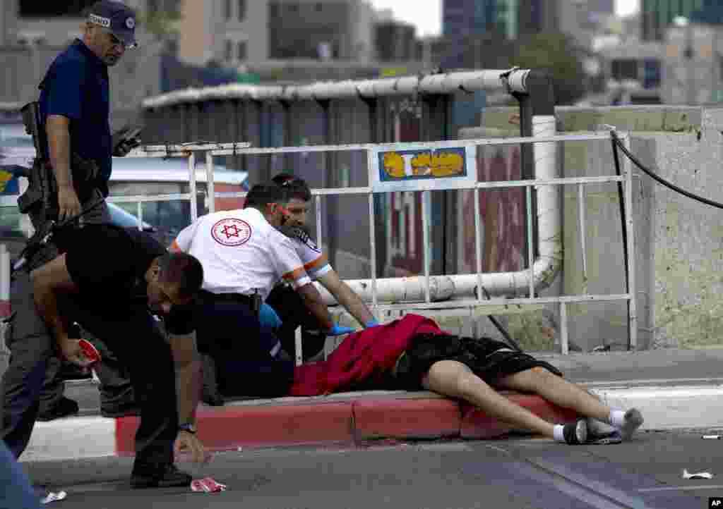پولیس کے مطابق چار اسرائیلی تل ابیب میں ہونے والے حملوں میں زخمی ہوئے جبکہ حملہ آور کو ہلاک کر دیا گیا۔
