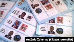 Boletins de voto previamente sinalizados a favor da Frelimo e seu candidato, encontrados na Escola Primaria de Coalane em Quelimane.