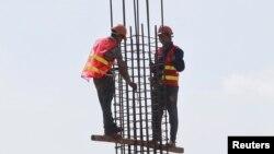 Công nhân xây dựng tại một công trường ở Hà Nội hôm 31/5/2016. Romania muốn đưa nhiều hơn nữa các công nhân Việt Nam, đặc biệt trong ngành xây dựng, tới nước họ làm việc để giải tỏa nạn khan hiếm lao động.