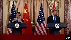 美國國務卿克里(左)和中國外長王毅在美國國務院聯合舉行記者會。