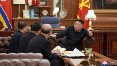 Lãnh tụ Bắc Triều Tiên Kim Jong Un gặp gỡ với phái đoàn ngoại giao gồm các quan chức vừa tới thăm Hoa Kỳ.