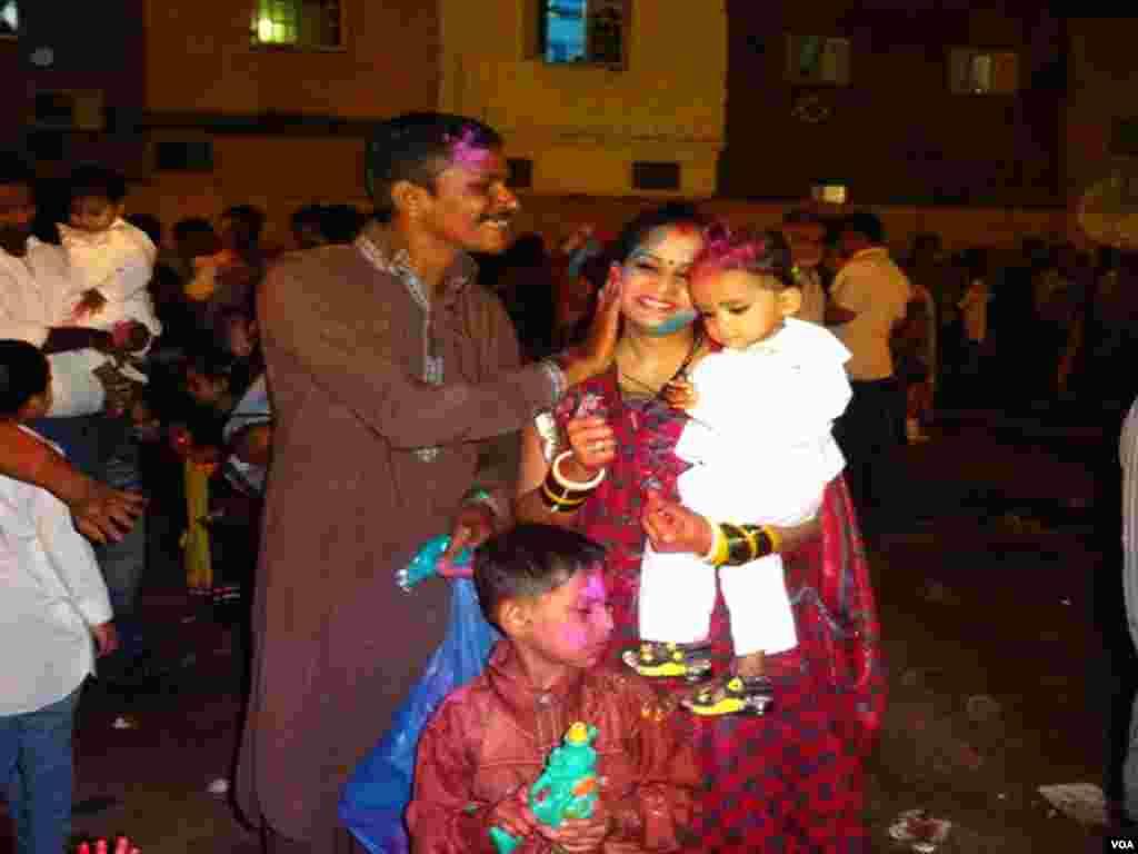 ہندو برادری کے افراد ایکدوسرے کو رنگ لگاکر ہولی کا تہوار منارہے ہیں