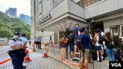 香港首宗國安法案件7月27日在高等法院判決,被告唐英傑煽動分裂及恐怖活動兩項罪名成立,大批記者在法院門外採訪,亦有大批警員在場戒備(美國之音/湯惠芸)